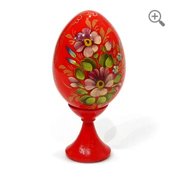 Œuf de Pâques en bois décoré avec des fleurs de l'école Jostovo